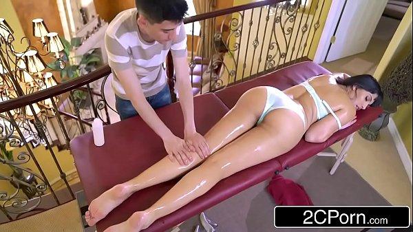 Brazuca Porno fez uma massagem na morena e botou a rola dele dentro dela