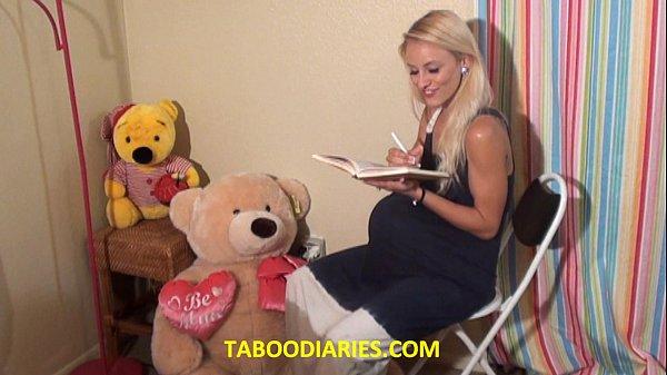 Buceta Carnuda loirinha  lendo um livro e ficando exitada