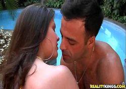 Fabyane linda e gostosa fudendo com amigo na piscina
