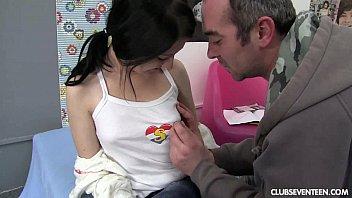 Filmando o amigo comendo o cuzinho da putinha novinha