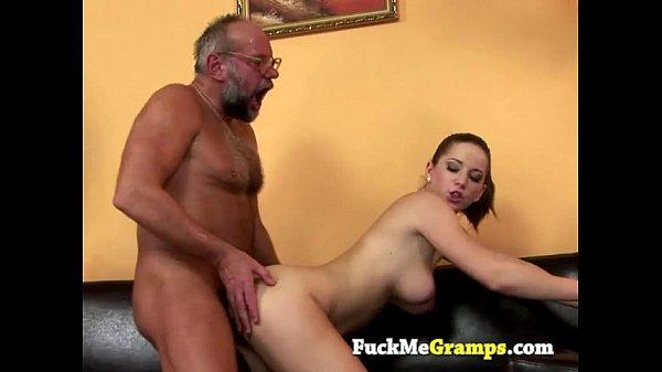 Filha cuzuda da a xota para o pai faz espanhola e deixa gozar nos seus peitos