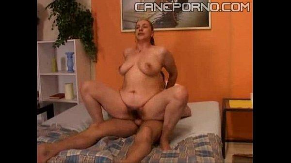 Garoto tarado acaba levando a mãe pra cama fodendo seu bucetão cabeludo