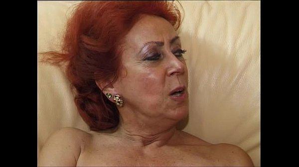 Homem flagra sua namorada e a sogra peladas aos beijos e fode as duas
