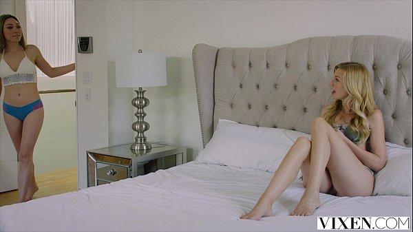 Lindas novinhas se pegando na cama e dando pra um gostoso