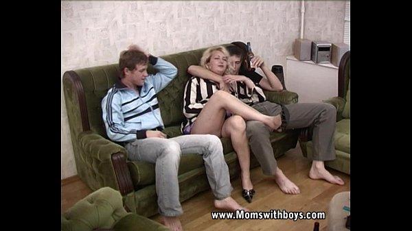 Mãe bebeu e acabou na suruba com seus dois filhos dotados