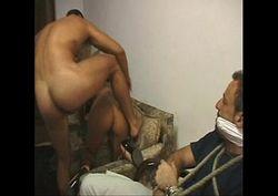 Marido amarrado assistindo ladrão comendo o cu de sua esposa