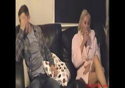 Marido vai dormir e genro enche o corpo da sogra peituda de carinhos no sofá