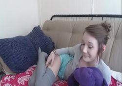 Moleque filmou a irmã putinha na siririca no sofá da sala com celular