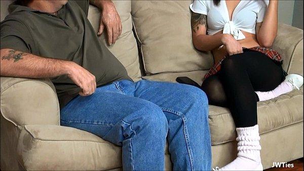 No sofá ele socou a rola na novinha linda e safadinha