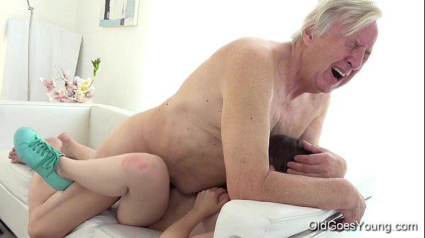 Novinha sapeca traiu o namorado com seu vovô do cacete grande