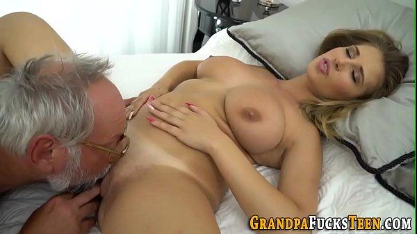 Pai bom de sexo comendo e gozando nos peitos da filho deliciosa