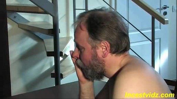 Pai gordinho bom de foda flagra filha com calcinha atolada na xana e fode pra valer