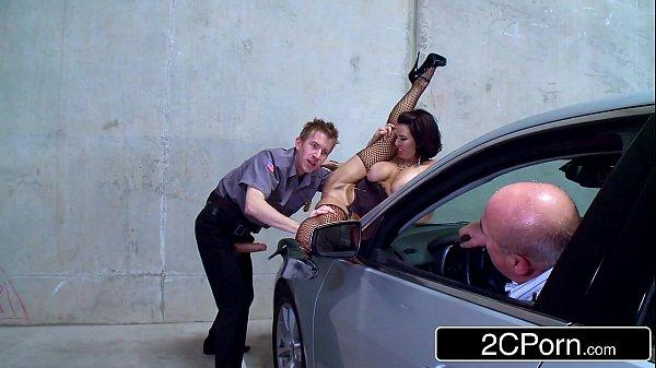 Putaria Mobile fodendo a mulher do cara na frente dele
