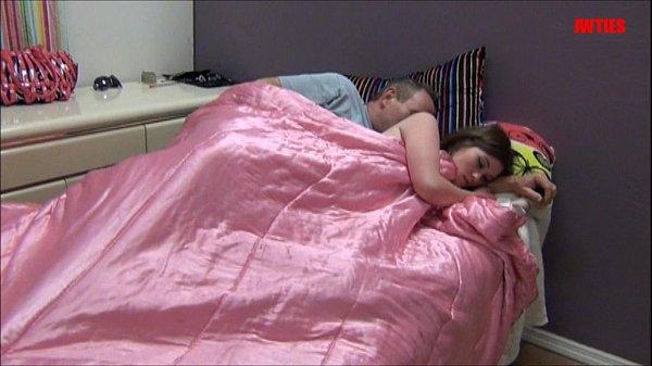 Seemygf pegando a moreninha de lado na cama