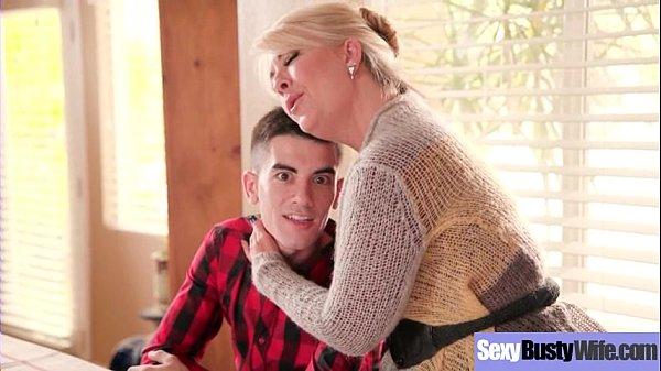 Sexo Hot com tia coroa mamando pau do sobrinho escondida embaixo da mesa