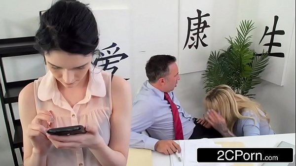 Sexo Tropial sendo chupado na frente de sua mulher