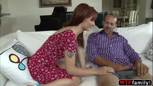 Tio maduro faz uma visita na casa da irmã e fode com a sobrinha ordinária