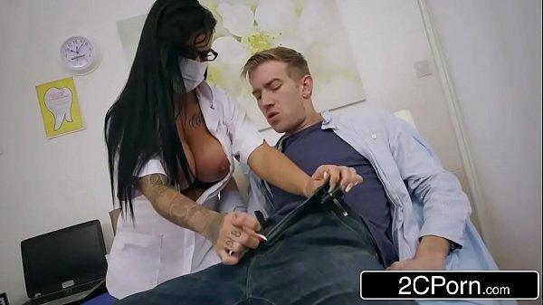 Xvideps fez a doutora chupar seu pau