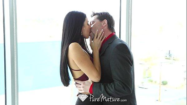 Beijou a morena e fez amor gostoso com ela