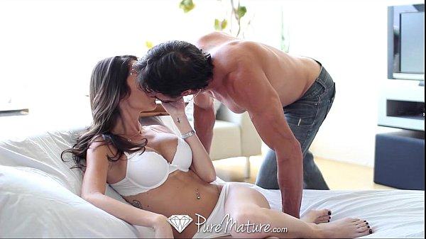 Porno Violento beijou a morena e fez ela gemer