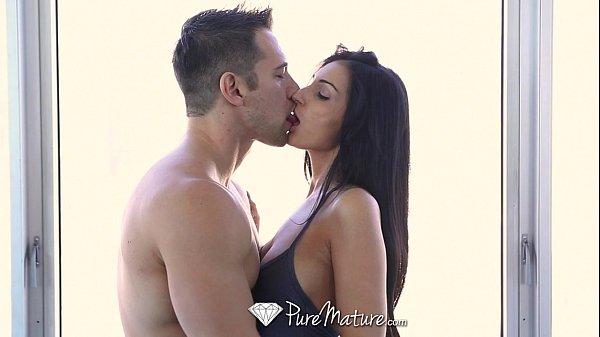 Punheta No Carro beijando seu gostoso e fodendo com ele