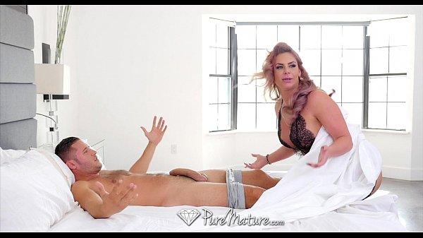 Sexo Puro fazendo uma massagem no pau do gostoso
