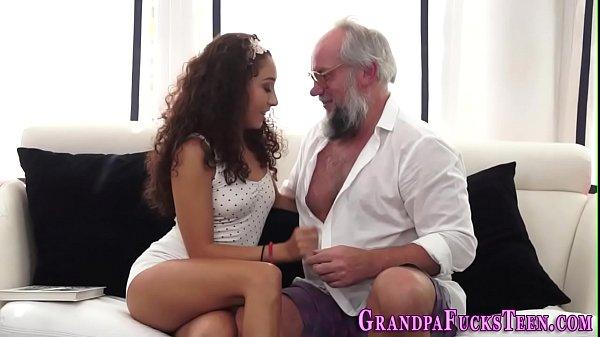 Acervo porno netinha jovem foda com avô na cama