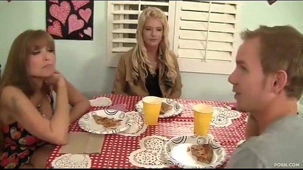 Cam4.com com safado metendo na mãe e filha