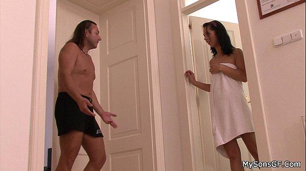 Redtube categorias pai flagra filha no banho e acabam na cama