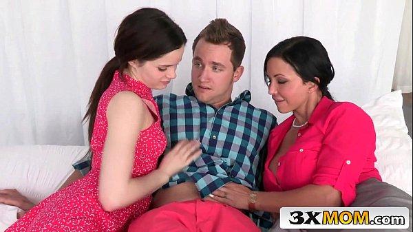 Cenas de sexo com duas novinhas gostosas