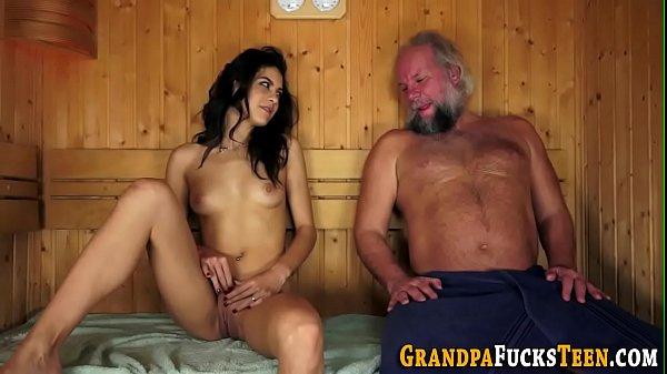 Fazendo sexo padrasto comeu a enteada gostosa e filmou tudo