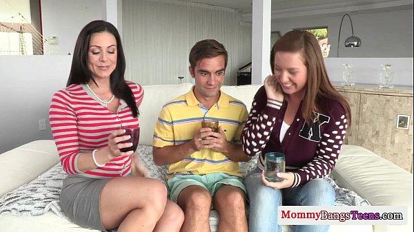 Redtuby metendo com a mamãe e a maninha gostosas