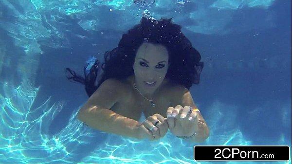 Sex porno com novinha dando um mergulho