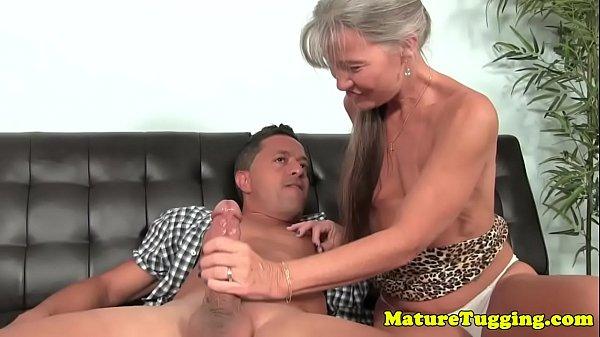 Sexo bom com coroa em forma chupando cacete