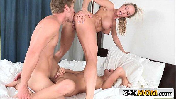 Sexo escondido com coroa gostosa e sua filha amadora