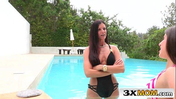 Sexo explicito com mãe e filha