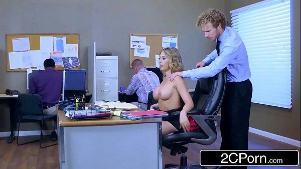 Sexo tub com novinha dando para o chefe