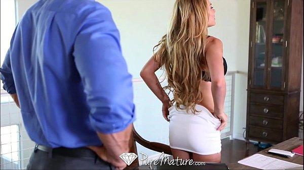 Tube porno com ninfetinha tirando roupa na frente do papai