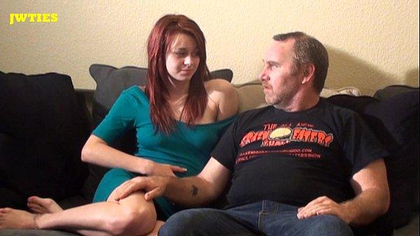 Vídeo porno com coroa convencendo ruiva a transar