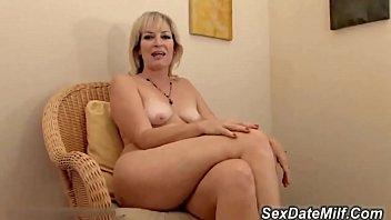 Baixar videos porno com coroa pelada exibindo a racha