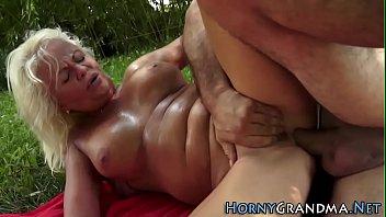 Sexo louco com coroa puta na fazenda