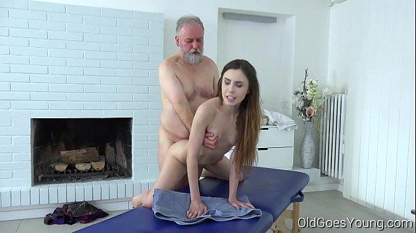 Sexo tumblr ninfeta faz massagem e fode com avô