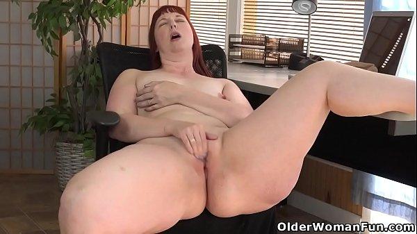 Sexso coroa do rabão gigante masturbando bucetão
