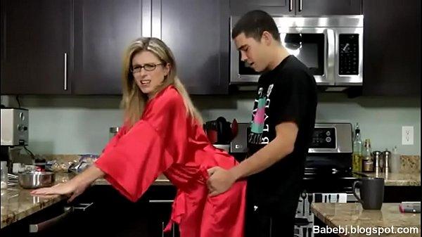 Video erotico enteado comendo a madrasta na cozinha