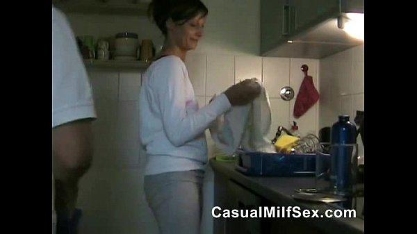 Ajudando a esposa a lava louça fodendo a gostosa na cozinha