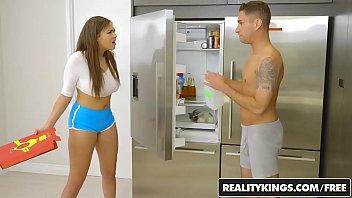 Comendo a namoradinha na cozinha bem gostoso e com força