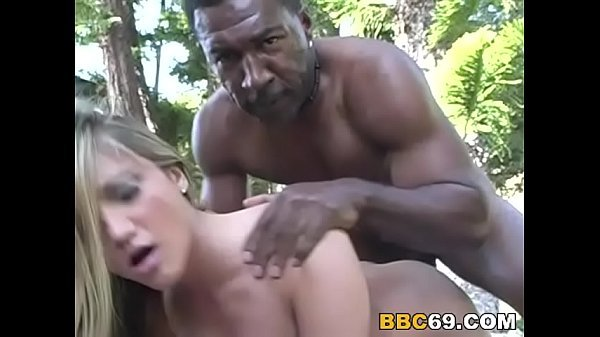 Negro fodendo a loira sua vizinha bem puta no quintal