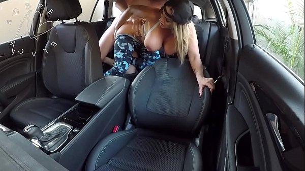 Pegou essa danadinha dentro do carro e fodeu muito com ela