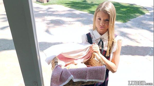 Safada vendendo biscoito e levando pica