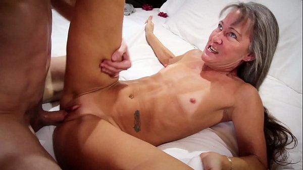 Coroa oferecida faz sexo com novinho dotado na cama